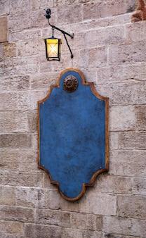 Exterior del restaurante en estilo provenzal, letrero con linterna.