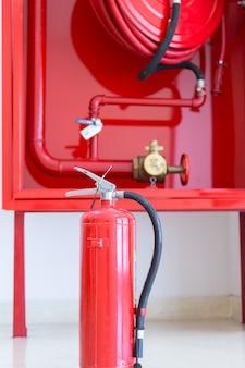 Extintor de incendios y enrollador de manguera.