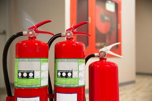 Extintor de incendios con manguera contra incendios. prepárese para la prevención y seguridad contra incendios.