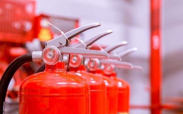 Extintores de incendios disponibles en emergencias de incendio.