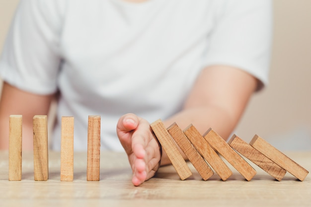 Extracción manual o colocación de bloques de madera en la torre, plan y estrategia en los negocios