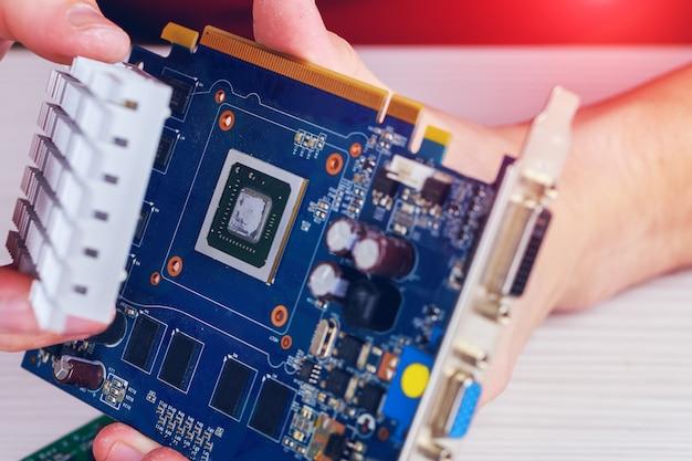 Extracción de moneda criptográfica de tarjetas de video man configura una granja en tarjetas de video para minería de bitcoin