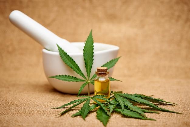 Extracto de aceite de cannabis y mortero en el espacio de arpillera.