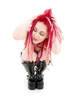Extraña chica de cabello rosa con botas altas