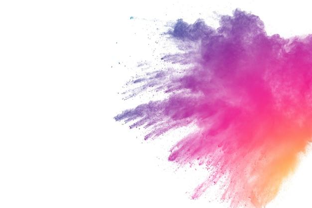 Extraña forma de explosión de polvo de color sobre fondo blanco.