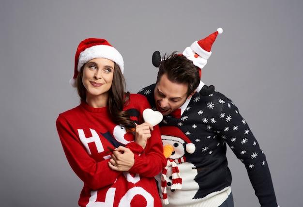 Extraña pareja con galleta de navidad
