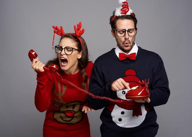 Extraña pareja gritando a través del teléfono