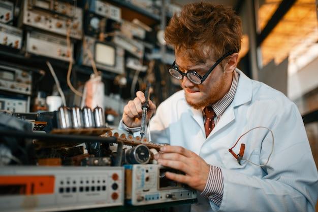 Extraños chips de soldadura científica, prueba en laboratorio. equipo de laboratorio, taller de ingeniería