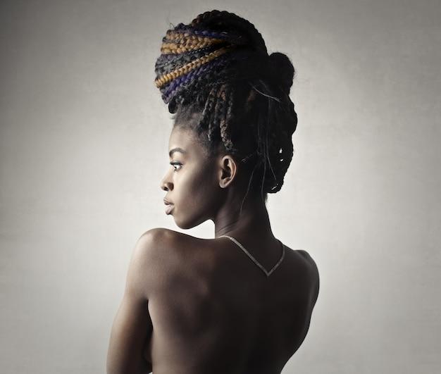 Extravagante hermosa mujer afro