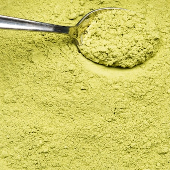 Extreme close-up polvo verde orgánico y cuchara