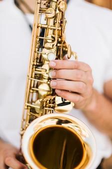 Extremo de cerca saxofón tocado por el músico