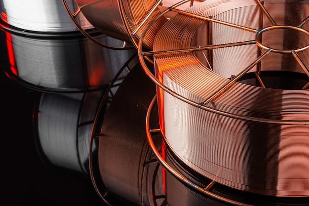 Fábrica de cables de cobre, soldadura eléctrica, sobre un fondo negro