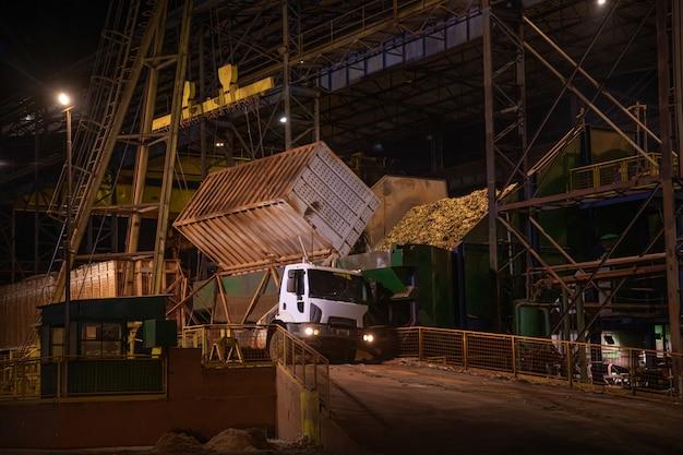Fábrica de caña de azúcar noche industria camión