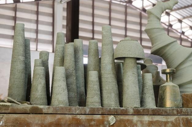 Fábrica de cerámica y etapas de producción jar en ratchaburi, tailandia