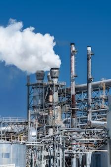 Fábrica industrial de tuberías que emiten humo