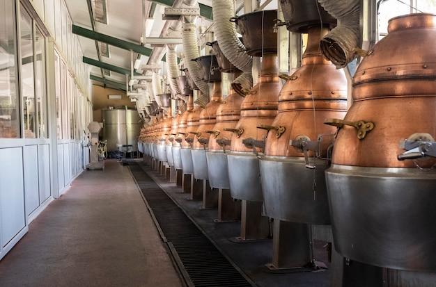 Fábrica de orujo con maquinaria diferente para su uso, alambiques color cobre.