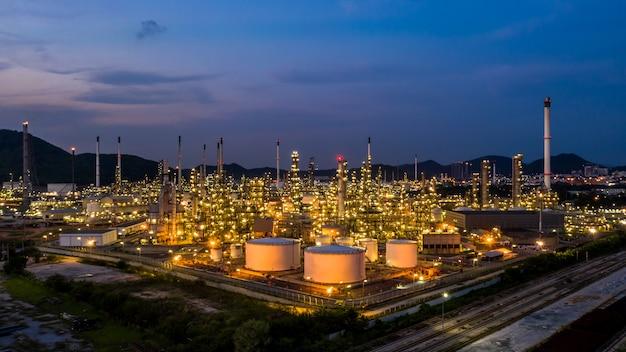 Fábrica de la planta de la refinería de petróleo de la visión aérea en el crepúsculo.