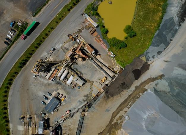 Fábrica de producción de asfalto con betún en estación de maquinaria pesada