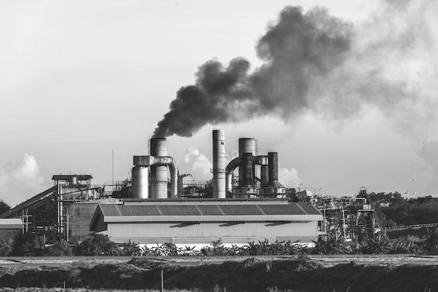 Fábrica de productos químicos con chimenea en blanco y negro