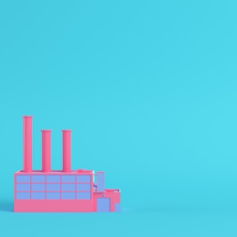 Fábrica rosa sobre fondo azul brillante