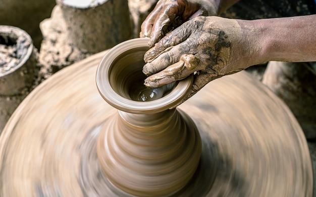 Fabricación artesanal de cerámica en bote de barro en bhaktapur, nepal.