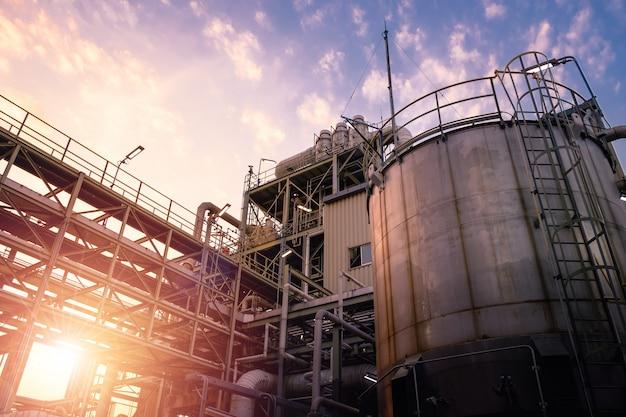 Fabricación de planta industrial química con tanques de almacenamiento.