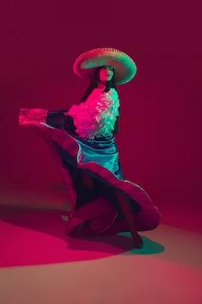 Fabulosa bailarina del cinco de mayo en púrpura con luz de neón