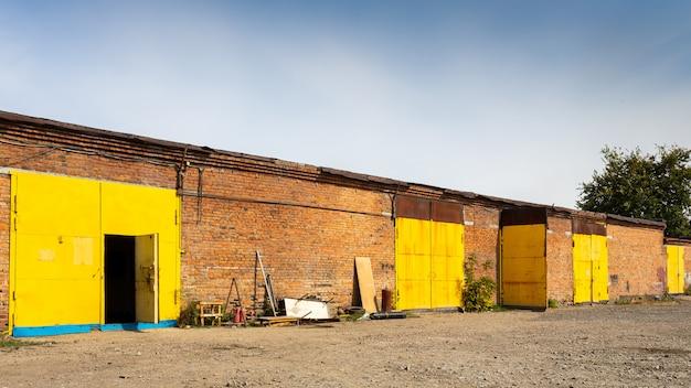 Fachada de un almacén de metal amarillo.