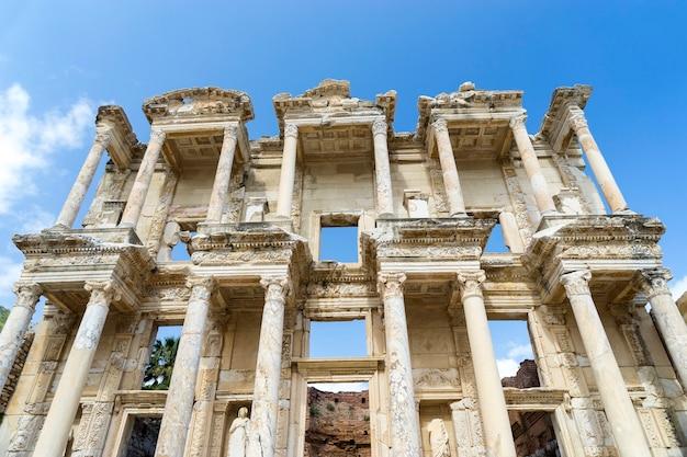 Fachada de la antigua biblioteca celsius en éfeso, turquía