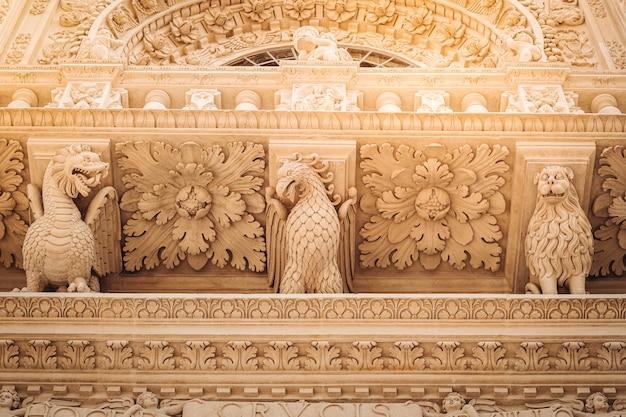 La fachada de la basílica de santa croce en el sur de italia.