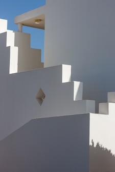 Fachada blanca del edificio en egipto
