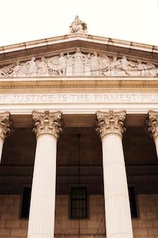 Fachada de la bolsa de valores con la arquitectura clásica.