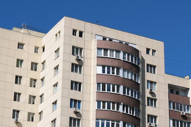 Fachada de una casa moderna de gran altura.