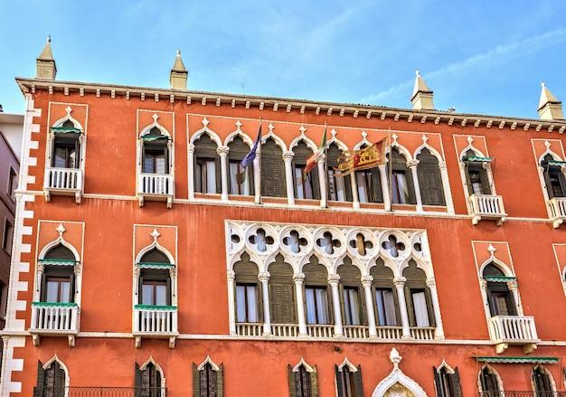 Fachada colorida vibrante de un edificio en riva degli schiavoni en venecia