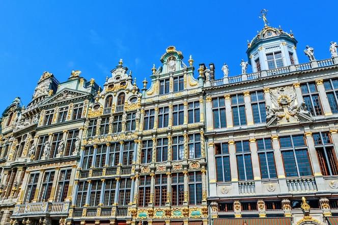 Fachada de edificios de la ciudad en grand place en bruselas