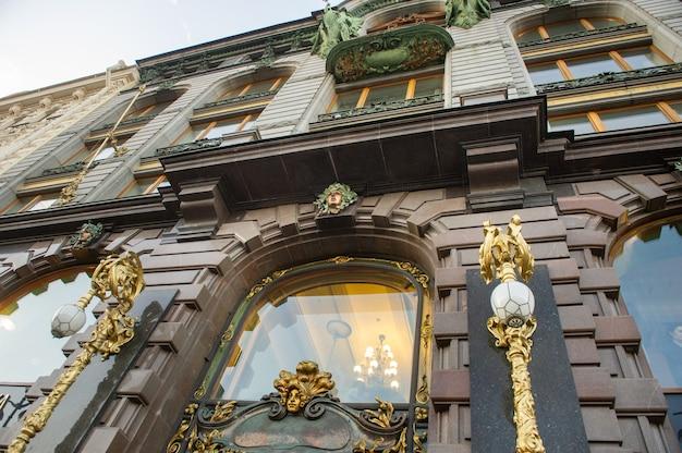 La fachada de un edificio antiguo en el centro de san petersburgo, rusia