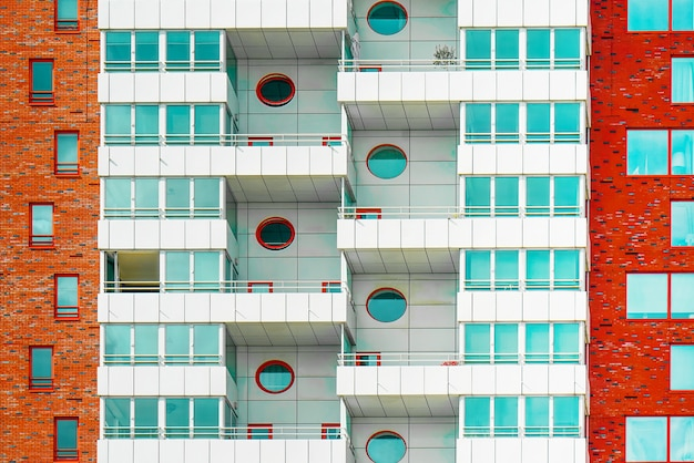 La fachada de un edificio residencial.