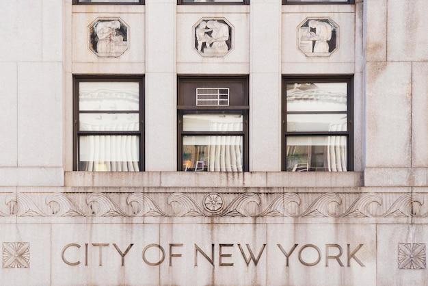 Fachada de edificio con texto de la ciudad de nueva york.