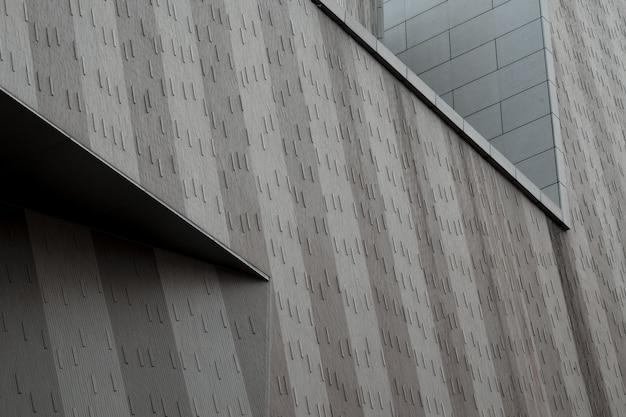Fachada de un edificio urbano moderno.