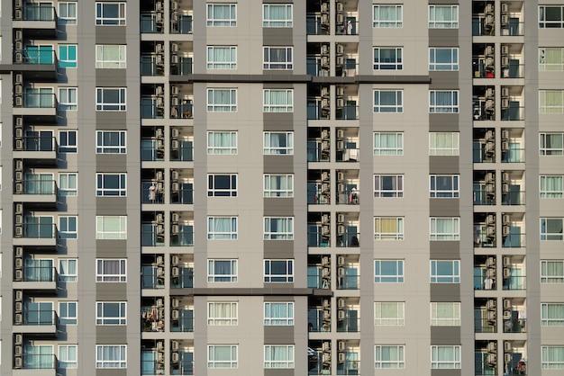 Fachada frontal del condominio balcón y ventanas