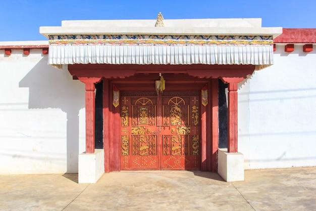 La fachada frontal y la entrada de un templo en ganzi sichuan, china, tíbet