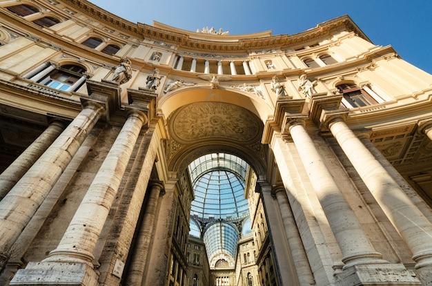 Fachada de la galería comercial galleria umberto en nápoles, italia.