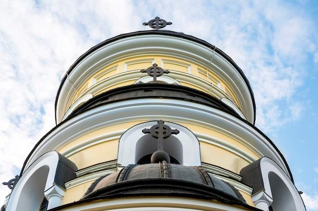 Fachada de la iglesia de invierno situada en el monasterio de capriana. buen tiempo en moldavia