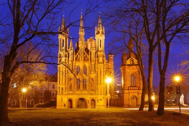 Fachada de la iglesia de santa ana en vilna, lituania.