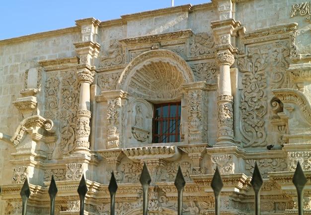 Fachada de la impresionante piedra sillar tallada de la iglesia de san agustín en arequipa, perú