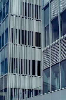 Fachada moderna del edificio de oficinas