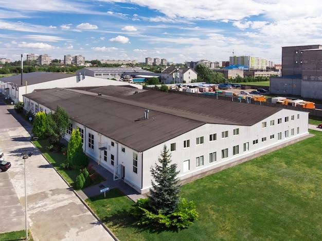 Fachada de un moderno almacén de fábrica comercial