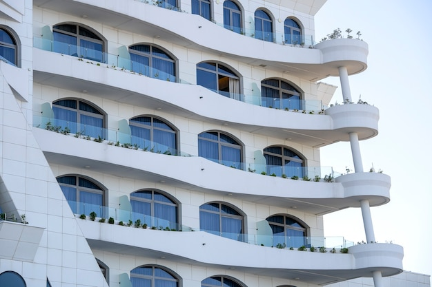 Fachada de un moderno edificio de apartamentos.