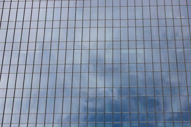 Fachada de un moderno edificio de oficinas, rascacielos.
