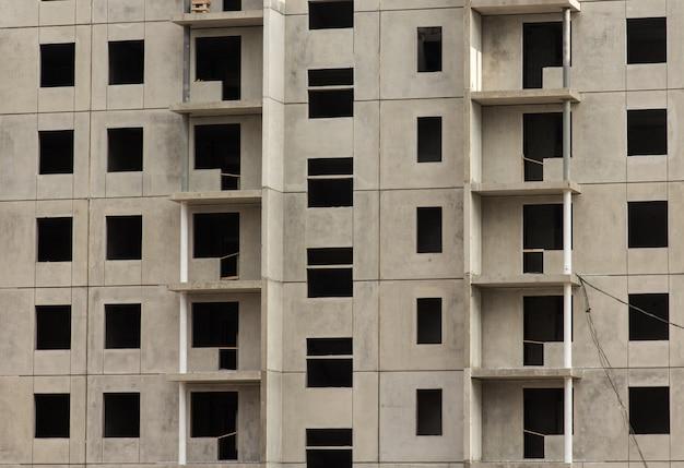 Fachada de un nuevo edificio de apartamentos, en construcción.